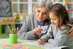 Großmutter- und Kinderzeichnung Lizenzfreie Stockbilder
