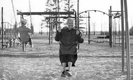 Großmutter- und Kleinkindenkelin an einem Spielplatz lizenzfreie stockfotografie