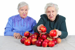 Großmutter zwei mit roten Äpfeln. Stockbilder