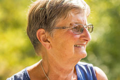 Großmutterlächeln lizenzfreie stockbilder