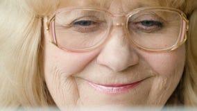 Großmutterlächeln Positive Gefühle stock footage