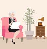 Großmutterlesezeitung, die im Sofa beim Spielen der hörenden Musik vom Grammophon sitzt Lizenzfreie Stockbilder