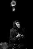 Großmutterstricken Zurückhaltende Schwarzweiss-Fotografie auf schwarzem Hintergrund Stockfotos
