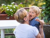 Großmutterumarmungen und leicht -küsse Lizenzfreies Stockfoto