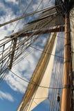 Großseglermast und -segel gegen blauen Himmel Stockfotos