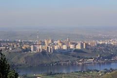 Großstadt †‹â€ ‹auf einem Hügel auf den Banken des mächtigen Flusses Lizenzfreie Stockfotografie