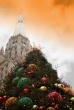 Großstadt-Weihnachtsbaum und Kirche Lizenzfreie Stockfotografie