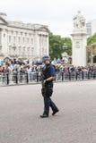 Großstadtbewohner bewaffneter Polizeibeamte während des zeremoniellen Änderns des Londons schützt, London, Vereinigtes Königreich Lizenzfreies Stockbild