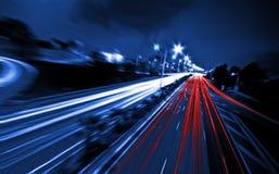Großstadtstraßen-Nachtszene, Nachtauto-Regenbogenlicht schleppt Stockfoto