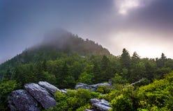 Großväterlicher Berg im Nebel, nahe Linville, North Carolina lizenzfreie stockbilder