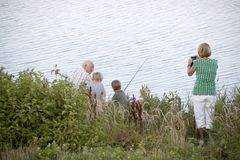 Großvater bringt Enkelkindern die Fischerei bei Lizenzfreies Stockfoto