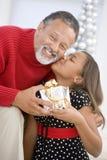 Großvater, der seiner Enkelin ein Geschenk gibt Stockfotos
