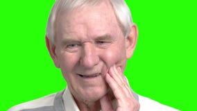 Großvater hat die Zahnschmerz stock video