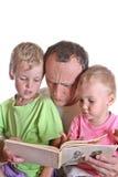 Großvater las Buch mit Kindern stockfotografie
