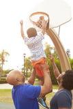 Großvater mit dem Sohn und Enkel, die Basketball spielen Stockbild