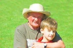 Großvater mit Enkel Stockbilder