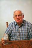 Großvater mit Glas gefrorenem Wasser lizenzfreie stockbilder