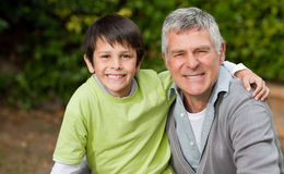 Großvater mit seinem Enkellächeln Stockbild