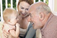 Großvater mit Tochter und Enkelin lizenzfreie stockfotografie