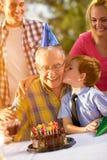 Großvater und Enkel, die Geburtstag feiern Lizenzfreie Stockfotos