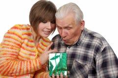 Großvater und Enkelin mit Geschenk Stockfotos