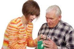 Großvater und Enkelin mit Geschenk Lizenzfreies Stockfoto