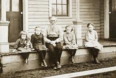 Großvater und Enkelinnen Stockfotos