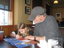 Großvater und grandduather, die ein Puzzlespiel tun Lizenzfreies Stockfoto