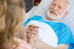 Großvater- und Kinderhändchenhalten Lizenzfreie Stockbilder