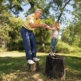 Großvater und Mädchen lizenzfreie stockfotos