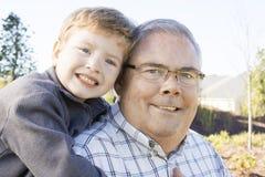 Großvater und sein Enkelkind lizenzfreie stockfotografie
