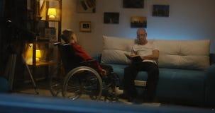 Großvaterlesung zu behindertem Jungen stock video