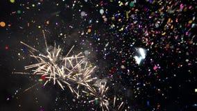 Großartiges Feuerwerk mit Konfettis Bunte Feuerwerke der Feier des neuen Jahres Glühen, mehrfarbiges und Scheinfeuerwerk O stock video