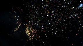 Großartiges Feuerwerk mit Konfettis Bunte Feuerwerke der Feier des neuen Jahres Glühen, mehrfarbiges und Scheinfeuerwerk O stock video footage