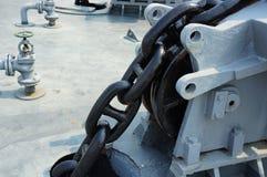 Große Eisenkette des Ankers an Bord des Schiffs im Abschluss oben stockfoto