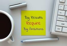 Große Ergebnisse erfordern große Wünsche, Mitteilung auf Briefpapier, Computer und Kaffee auf Tabelle stock abbildung