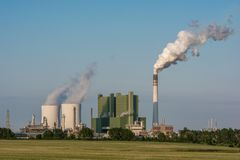 Große Fabrik mit dem Dämpfen von Kühltürmen und dem Rauchen des Kamins lizenzfreie stockfotografie