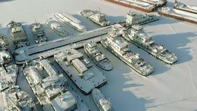 Große Flussschiffe im WinterParkplatz Die Schiffe werden im Eis eingefroren Luftschmierfilmbildung stock video