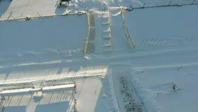 Große Flussschiffe im WinterParkplatz Die Schiffe werden im Eis eingefroren Luftschmierfilmbildung stock video footage