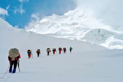 Große Höhe-Träger, die den höchsten Trekkingsdurchlauf Verjerav aproaching sind, der Shimshal-Tal mit Snow See anschließt stockfotos