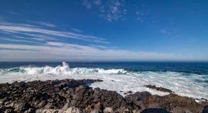 Große Wellen rollt über dem Rock stockfoto