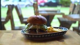 Großer Hamburger mit Rindfleisch und Kartoffeln stock video footage