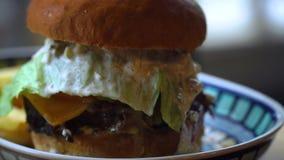 Großer Hamburger mit Rindfleisch und Kartoffeln stock footage