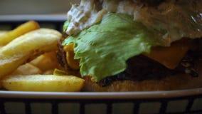 Großer Hamburger mit Rindfleisch und Kartoffeln stock video