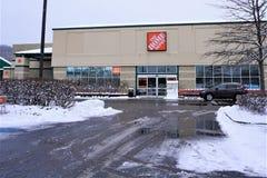 Großer Kasten-Speicher Home Depots im Schnee im März 2019 stockfotografie