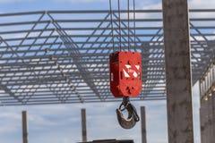 Großer roter Haken eines Baukranes lizenzfreie stockbilder