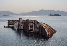 Großes versunkenes Schiff Mittelmeerhimmelschiffbruch vor der Küste von Griechenland bei Sonnenuntergang lizenzfreie stockfotos