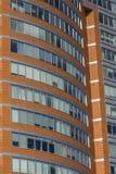 Großes Windows im Bürogebäude im Geschäftsgebiet lizenzfreie stockbilder
