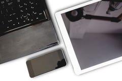 Gro av moderna elektroniska apparater, datorbärbara datorn, den digitala minnestavlan och telefonen för mobil som smarta isoleras Royaltyfri Fotografi