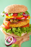 Grão-de-bico do vegetariano e hamburguer do sweetcorn com a cebola do jalapeno da pimenta Imagem de Stock